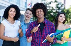Επιτυχής σπουδαστής αφροαμερικάνων hipster με την ομάδα διεθνών σπουδαστών στοκ εικόνες