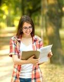Επιτυχής σπουδαστής με τα βιβλία στο πάρκο Στοκ Φωτογραφίες