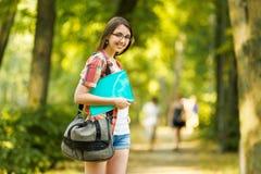 Επιτυχής σπουδαστής με τα βιβλία στο πάρκο Στοκ φωτογραφίες με δικαίωμα ελεύθερης χρήσης