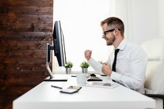 Επιτυχής συνεδρίαση επιχειρηματιών στο γραφείο του στοκ εικόνα