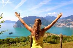 Επιτυχής φίλαθλη γυναίκα που αυξάνει τα όπλα προς τον όμορφους μπλε ουρανό και τη λίμνη Θηλυκοί στόχοι εορτασμού αθλητών αθλητικο στοκ εικόνα με δικαίωμα ελεύθερης χρήσης