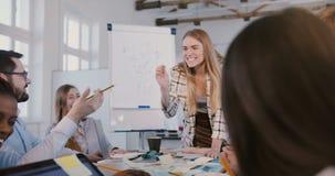 Επιτυχής χαμογελώντας νέα επιχειρηματίας που έχει τη διασκέδαση με το απόθεμα βίντεο
