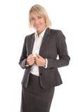 Επιτυχής χαμογελώντας απομονωμένη μέση ηλικίας γυναίκα σε ένα κομψό κόστος Στοκ φωτογραφία με δικαίωμα ελεύθερης χρήσης