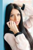 Επιτυχής όμορφη νέα γυναίκα που καλεί το κινητό τηλέφωνο κυττάρων στον εργασιακό χώρο γραφείων Στοκ Εικόνα