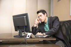 Επιτυχής όμορφος νέος επιχειρηματίας στο γραφείο Στοκ φωτογραφία με δικαίωμα ελεύθερης χρήσης