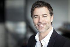 Επιτυχής ώριμος επιχειρηματίας που εργάζεται στο σπίτι τηλεργασία Στοκ φωτογραφία με δικαίωμα ελεύθερης χρήσης