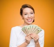 Επιτυχή νέα χρήματα εκμετάλλευσης επιχειρησιακών γυναικών στοκ φωτογραφία