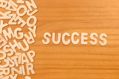 Επιτυχία λέξης που γίνεται με τις ξύλινες επιστολές φραγμών στοκ εικόνα με δικαίωμα ελεύθερης χρήσης