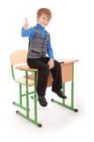 Επιτυχία αγοριών Συνεδρίαση αγοριών στο σχολικό γραφείο Στοκ εικόνα με δικαίωμα ελεύθερης χρήσης
