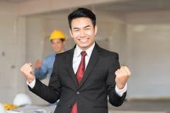 Επιτυχία εορτασμού με το συγκινημένο νέο επιχειρηματία στοκ εικόνες
