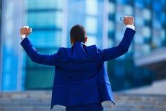 επιτυχία εορτασμού Πίσω άποψη του συγκινημένου νέου επιχειρηματία με στοκ φωτογραφίες με δικαίωμα ελεύθερης χρήσης