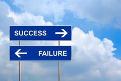 Επιτυχία και αποτυχία στο μπλε οδικό σημάδι Στοκ Φωτογραφία
