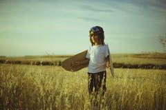 Επιτυχία, παιχνίδι αγοριών για να είναι πειραματικός, αστείος τύπος αεροπλάνων με το aviato Στοκ Φωτογραφίες