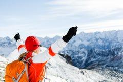 Επιτυχία πεζοπορίας, γυναίκα στα χειμερινά βουνά Στοκ Εικόνες