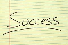 Επιτυχία σε ένα κίτρινο νομικό μαξιλάρι Στοκ Εικόνες