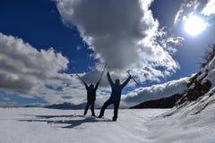 Επιτυχίες χειμερινών περιπάτων πατέρων και γιων στοκ εικόνες