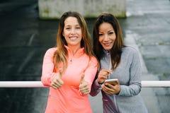Επιτυχείς γυναίκες ικανότητας με το smartphone Στοκ φωτογραφίες με δικαίωμα ελεύθερης χρήσης