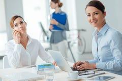 Επιτυχείς επιχειρηματίες γυναικών στην εργασία Στοκ φωτογραφία με δικαίωμα ελεύθερης χρήσης