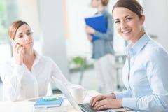 Επιτυχείς επιχειρηματίες γυναικών στην εργασία Στοκ Εικόνες