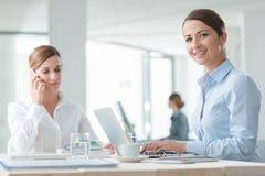 Επιτυχείς επιχειρηματίες γυναικών στην εργασία Στοκ Φωτογραφία