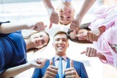 Επιτυχείς επιχειρηματίες με τους αντίχειρες επάνω και χαμογελώντας Στοκ Φωτογραφία