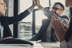επιτυχείς επιχειρηματίες που δίνουν υψηλά πέντε κατά τη διάρκεια της συνεδρίασης στοκ εικόνα με δικαίωμα ελεύθερης χρήσης
