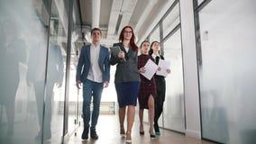 Επιτυχείς επιχειρηματίες που περπατούν μέσω των εγγράφων εκμετάλλευσης διαδρόμων φιλμ μικρού μήκους