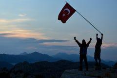 Επιτύχετε μαζί, κυματίστε τη σημαία και φθάστε στο στόχο στοκ εικόνες με δικαίωμα ελεύθερης χρήσης
