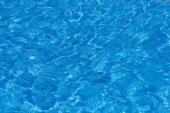 Επιφάνεια θάλασσας μπλε ύδωρ ανασκόπησης Εκλεκτική εστίαση Στοκ Φωτογραφία