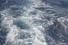Επιφάνεια θαλάσσιου νερού με τον αφρό, θαλάσσιο υπόβαθρο Στοκ Εικόνες