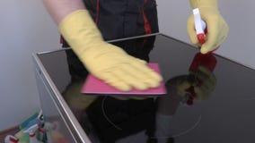 Επιφάνεια καθαρισμού εργαζομένων της ηλεκτρικής κουζίνας απόθεμα βίντεο