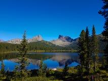 Επιφάνεια καθρεφτών μιας λίμνης στα βουνά στοκ εικόνες
