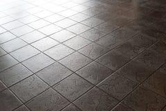 Επιφάνεια κεραμικών κεραμιδιών, πάτωμα, σκοτεινό σχέδιο πετρών Στοκ Φωτογραφία