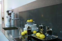 Επιφάνεια κουζινών με το νεροχύτη για τα πιάτα, επιτραπέζια κορυφή στην οποία sta Στοκ Φωτογραφίες