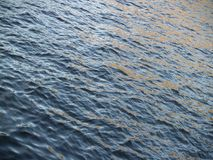 Επιφάνεια κυματισμού ενός ποταμού ηλιοφώτιστου Στοκ φωτογραφίες με δικαίωμα ελεύθερης χρήσης