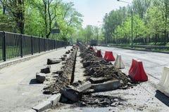 Επιφάνεια λακκουβών και δρόμων που επισκευάζει τις εργασίες δρόμοι επισκευής στοκ εικόνες