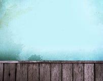 Επιφάνεια νερού και ξύλινη πορεία περιπάτων Στοκ Εικόνες