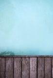 Επιφάνεια νερού και ξύλινη πορεία περιπάτων Στοκ εικόνα με δικαίωμα ελεύθερης χρήσης