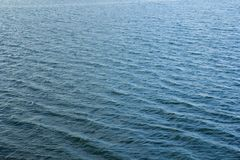 Επιφάνεια νερού με τους κυματισμούς και sunrays τις αντανακλάσεις στοκ φωτογραφία με δικαίωμα ελεύθερης χρήσης