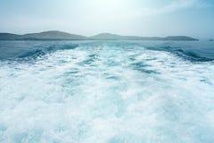 Επιφάνεια νερού υποβάθρου πίσω της γρήγορα κινούμενης βάρκας μηχανών στο εκλεκτής ποιότητας αναδρομικό ύφος τόνου Στοκ Εικόνες