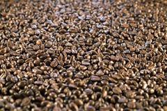 Επιφάνεια που καλύπτεται με τα φασόλια καφέ ως υπόβαθρο Στοκ εικόνα με δικαίωμα ελεύθερης χρήσης