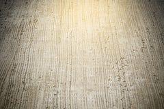 Επιφάνεια συγκεκριμένων δρόμων με μια δέσμη του ελαφριού έντονου φωτός ήλιων Στοκ Εικόνες