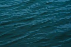 Επιφάνεια της επιφάνειας νερού του μπλε ποταμών Στοκ φωτογραφία με δικαίωμα ελεύθερης χρήσης