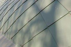 Επιφάνεια της στέγης που καλύπτεται με τα πράσινα κεραμίδια Στοκ εικόνες με δικαίωμα ελεύθερης χρήσης