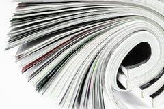 Επιφάνεια υποβάθρου λίγων στριμμένων περιοδικών στο άσπρο υπόβαθρο στοκ εικόνες