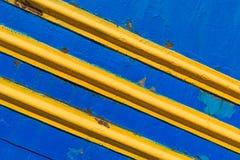 Επιφάνειες μετάλλων σύστασης, χρωματισμένο μπλε, με τις διαγώνιες κίτρινες γραμμές Στοκ Εικόνες