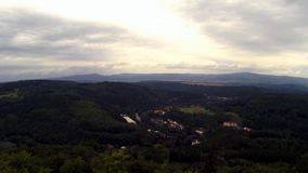 Επιφυλακή Bucina άποψης στον ποταμό Ohre vally με το χωριό Kyselka μεταξύ του sommer και του φθινοπώρου στην Τσεχία απόθεμα βίντεο