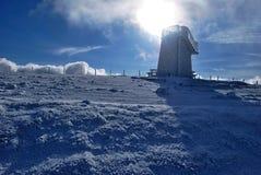 Επιφυλακή στο λόφο Pretulalpe στα βουνά χειμερινού Fischbacher Alpen στο Styria με τον ήλιο Στοκ Εικόνες
