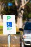 Επιφύλαξη σημαδιών στάθμευσης υπαίθρια για τα άτομα με ειδικές ανάγκες Στοκ εικόνα με δικαίωμα ελεύθερης χρήσης