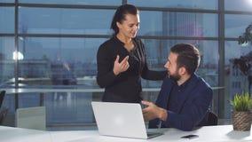 Επιχείρηση, άνθρωποι, έννοια γραφικής εργασίας και τεχνολογίας - πολυάσχολος επιχειρηματίας με το φορητό προσωπικό υπολογιστή και απόθεμα βίντεο